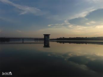 Jembatan menuju gardu pengukur volume air