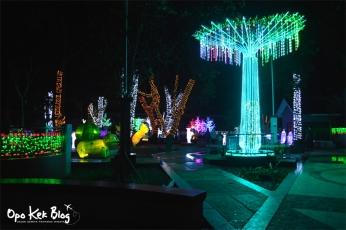 Pohon palem hias yang terbuat dari besi dihiasi lampu